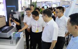 智博会:重庆科技学院系列报道之重庆市副市长屈谦一行莅临指导